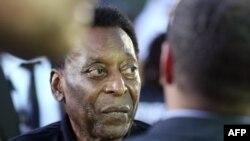 La légende du football brésilien Pelé assiste à un match de football amical au Dubai Opera Gardens à Dubai le 15 avril 2018.