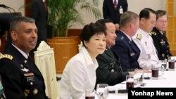 박근혜 한국 대통령(가운데)이 30일 청와대에서 열린 주한미군 장성 초청 오찬에서 빈센트 브룩스 미한연합사령관 겸 주한미군사령관(왼쪽)과 나란히 앉아 있다.