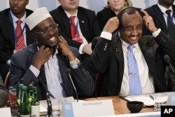 Le président somalien Sheikh Sharif Ahmed (à g.) et son Premier ministre Abdiweli Mohamed Ali (Londres, 23 fév. 2012)