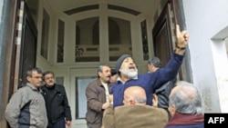 Demonstrant protiv sirijske vlade uzvikuje parole pred stranim novinarima juče u Homsu, u Siriji
