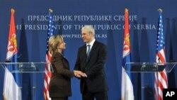 Η υπουργός Εξωτερικών των ΗΠΑ Χίλαρυ Κλίντον με τον Σέρβο Πρόεδρο, Μπόρις Τάντιτς.