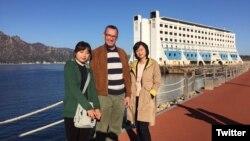 콜린 크룩스 북한주재 영국대사가 자신의 트위터에 금강산 관광시설을 방문한 사진을 올렸다.