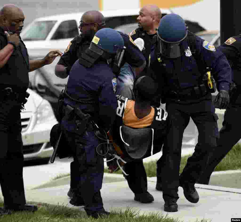 Detención de un manifestante cerca de un centro comercial.