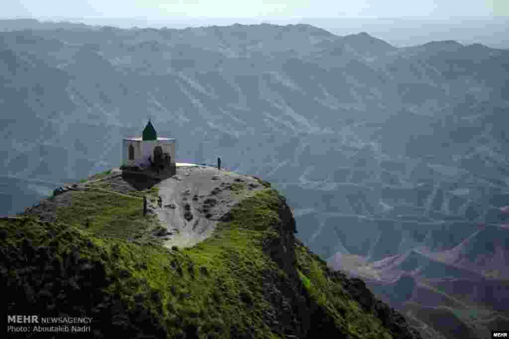 زیارتگاه خالد نبی در یک منطقه کوهستانی و در فاصله ۹۰ کیلومتری شمال شرق گنبد کاووس. عکس: ابوطالب ندری