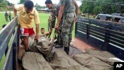 Ðưa xác các binh sĩ Thủy quân Lục chiến Philippine lên xe quân sự sau vụ đụng độ với nhóm Abu Sayyaf trên đảo Jolo hôm thứ Bảy, 25/5/2013.