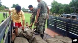 Tentara mengangkut jenazah marinir Filipina dalam truk menyusul bentrokan dengan militan Abu Sayyaf di pulau Jolo, Filipina Selatan, Mei 2013. (Foto: Dok)