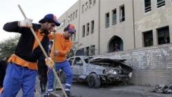 کارگران بقایای بمب گذاری روز یکشنبه در عراق را پاک می کنند
