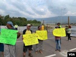 Venezolanos agradecen la ayuda que está llegando de EE.UU. e instan al gobierno en disputa de Nicolás Maduro que permitan el acceso de los paquetes con suministros de alimentos y medicinas.