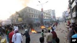 Các nhà hoạt động của đảng Jamaat-e-Islami xuống đường phản đối bản án đối với ông Sayedee tại Bogra, Bangladesh, ngày 3/3/2013.