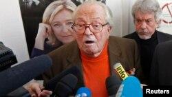 Ông Jean Marie Le Pen nói chuyện tại một cuộc họp báo
