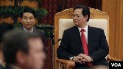 Perdana Menteri Vietnam Nguyen Tan Dung membuka pertemuan para Menteri Pertahanan ASEAN di Hanoi. Di foto ini, ia sedang mendengarkan Menteri Pertahanan AS Robert Gates dalam sebuah tatap muka bilateral.