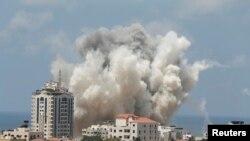 이스라엘의 공습을 받은 가자지구에서 연기가 나고 있다.
