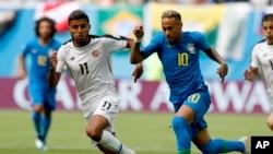 Neymar wa Brazil amtoka mlinzi wa Costa Rica, Juni 22, 2018