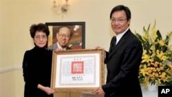 台灣總統府資政蘇起代表馬英九總統頒贈丘宏達夫人謝元元褒揚令