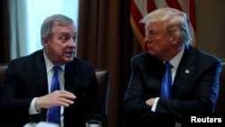 """Prezidan Donald Trump (adwat) avèk Senatè Dick Durbin, D-Il. Misye Durbin di: << Mo """"peyi twou salte a"""" se egzatteman pawòl ki te sòti nan bouch PrezidanTrump; li pa t di mo sa yo """"yon sèl fwa, men plizyè fwa"""". Daprè mwen se pawòl """"moun lari, """"vilgè' e """"rasis"""". (Foto Achiv)"""