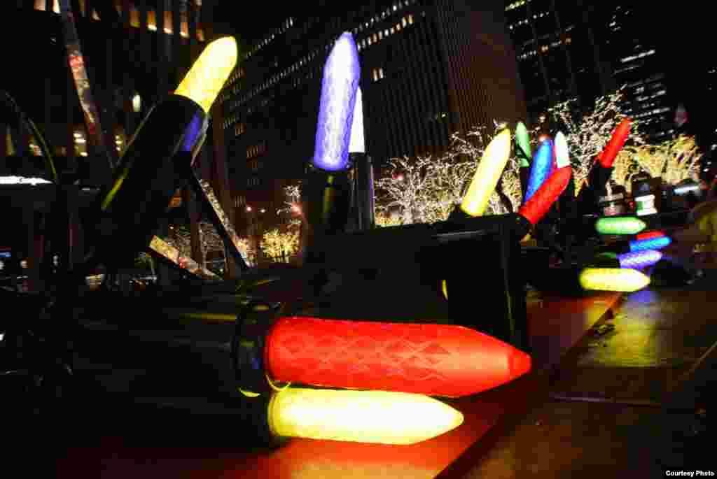A famosa 5ª Avenida, em Nova Iorque, com iluminações muito coloridas. Manhattan, Nova Iorque, Dez. 23, 2013. (Foto de Thao Doan/leitor da VOA)