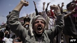 Участник антиправительственной демонстрации в Сане