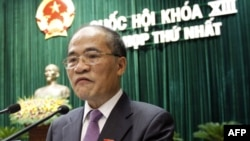 Phó Thủ tướng Việt Nam Nguyễn Sinh Hùng phát biểu tại lễ khai mạc phiên họp đầu tiên của quốc hội mới được bầu tại Hà Nội, ngày 21/7/2011