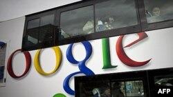 Quảng cáo Google trên xe chở khách ở Bắc Kinh (hình chụp hồi tháng 3, 2010)
