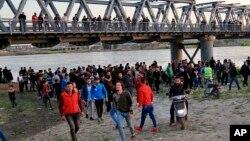 Rođaci žrtva čekaju na obali reke Tigar u blizini Mosula, gde je potonuo trajekt (Foto: AP/Farid Abdulwahed)