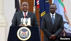 Tổng thống Kenya Uhuru Kenyatta, trái, cùng Phó tổng thống William Ruto, phát biểu tại một cuộc họp báo ở Nairobi, 2/12/2014.