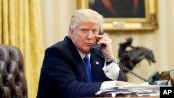 En esta foto de archivo del 28 de enero de 2017, el presidente de los Estados Unidos Donald Trump habla por teléfono con el Primer Ministro de Australia, Malcolm Turnbull, en la Oficina Oval de la Casa Blanca en Washington.