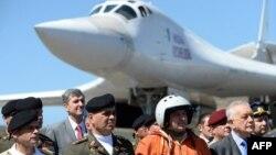 """El presidente en disputa Nicolás Maduro anunció la pasada semana los ejercicios militares que tendrán lugaren la frontera para """"poner a prueba"""" planes de defensa nacional."""