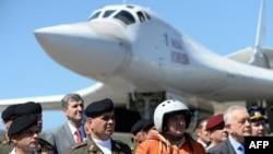 El ministro de Defensa de Venezuela, Vladimir Padrino, dio la bienvenida a unos 100 pilotos rusos y otro personal, al aeropuerto internacional que sirve a Caracas.