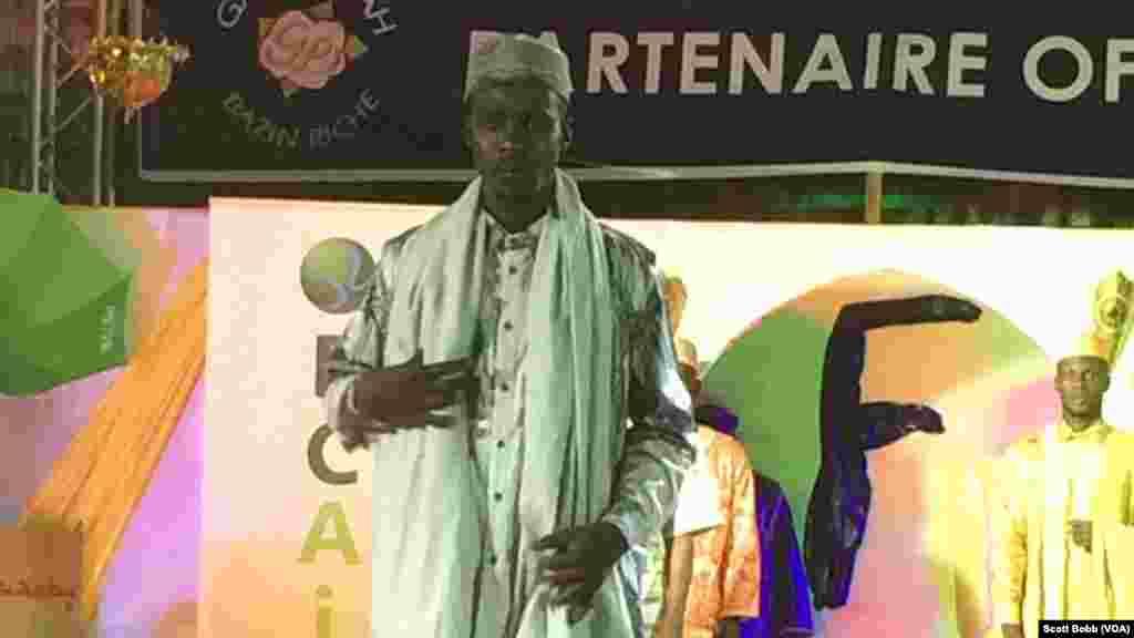 Les hommes sont aussi au rendez-vous au Festival du Bazin (2e édition) à Bamako, Mali, 16 octobre 2015. (VOA/Scott Bobb)