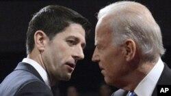 Los candidatos a vicepresidente Paul Ryan y Joe Biden se saludan al comienzo del debate, el jueves 11 de octubre de 2012.