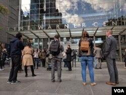 Zaposleni u CNN-u stoje ispred zgrade Tajm Vorner u Njujorku, 24. oktobra 2018.