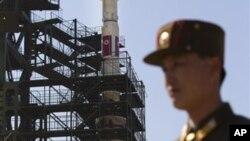 Binh sĩ Bắc Triều Tiên đứng gác phía trước tên lửa Unha-3 tại Cơ sở Vệ tinh Sohae ở Tongchang-ri.