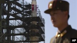 Seorang tentara berdiri di depan fasilitas stasiun roket di Tongchang-ri, Korut. Rencana peluncuran roket Korut menuai kecaman dari banyak negara.