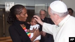 Paus Fransiskus bertemu dengan Meriam Ibrahim bersama keluarganya di Vatikan, Kamis (24/7).
