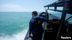 馬來西亞拯救人員正在進行搜救失事木船的工作
