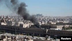 也门国防部大院遭袭击后冒出浓烟。(2013年12月5日)
