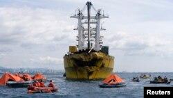 """Para petugas penyelamat berupaya mencari korban tabrakan kapal feri """"St Thomas Aquinas"""" dan kapal kargo """"Sulpico Express 7"""" di Talisay, Cebu, Filipina (17/8)."""