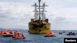 菲律宾救援人员搜救渡轮失踪乘客