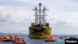 Nhân viên cứu hộ tìm kiếm nạn nhân của chiếc phà St. Thomas Aquinas quanh tàu chở hàng Sulpico Express 7 sau tai nạn hôm thứ Sáu ở Talisay, Cebu, Philippines (17/8/2013).