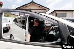 Yorie Miho mengendarai mobil mini dari penjual mobil mini di Yamato, Prefektur Kanagawa, 11 Agustus 2018.