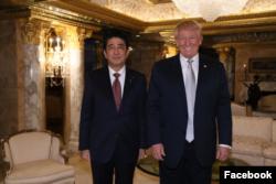 美国当选总统川普2016年11月17日会见日本首相安倍 (川普脸书网页照片)