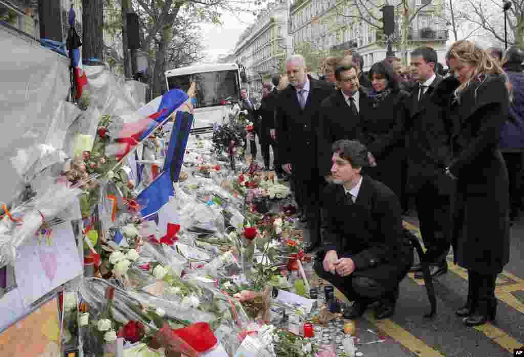 파리 기후변화협약 총회 참석 차 프랑스를 방문한 쥐스탱 트뤼도 캐나다 총리(가운데)가 부인 소피 여사와 함께 파리 연쇄 테러 당시 가장 많은 희생자가 발생한 바타클랑 극장을 찾았다.