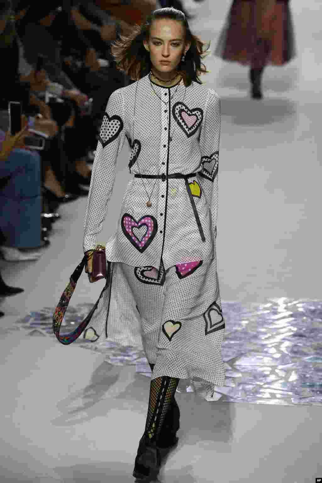 نمایش مد مجموعه لباس های بهاره -تابستانه ۲۰۱۸ کریستین دیور در پاریس