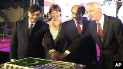 امریکی سفیر،قائم مقام گورنر سندھ اور بلوچستان اسمبلی کے اسپیکر کیک کاٹ رہے ہیں