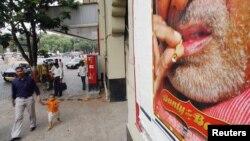 资料照片:行人走过印度孟买宝莱坞明星广告。(2005年6月1日)