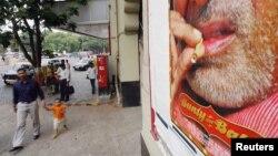 Une affiche de la star de cinéma Amitabh Bachchan à Mumbay, Inde, 1er juin 2005. (Photo REUTERS/Arko Datta)