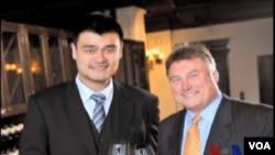 著名中國籃球明星姚明創辦的姚家族酒業公司與釀酒總監湯姆欣德