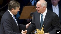 Ο κ. Παπανδρέου παραλαμβάνει το βραβείο Κβαντρίγκα από τον πρόεδρο της Deutsche Bank, Τζόσεφ Άκερμαν