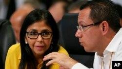 """Delcy Rodríguez criticó los dichos del mandatario argentino, quien había afirmado que en Venezuela no se respetan la democracia ni los derechos humanos. """"La cobardía lo gobierna"""", expresó la diplomática."""