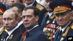俄羅斯總統普京(左)和總理梅德韋杰夫(中)星期三在紅場參加閱兵式